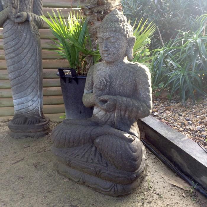 Statue Bouddha assis en pierre basanite